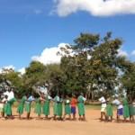 綱のない綱引きで盛り上がる!?ちょっと不思議なケニアの体育。