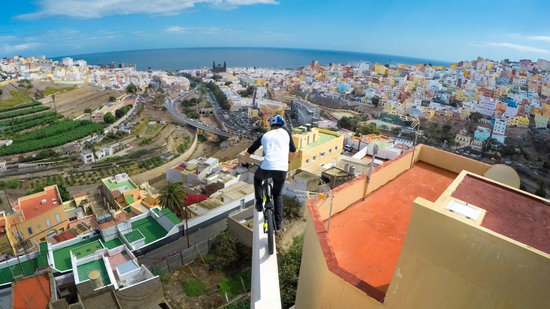 自転車が空を飛ぶ!?アフリカ北西部の島を飛び回る自転車テクニックが巧みすぎる。