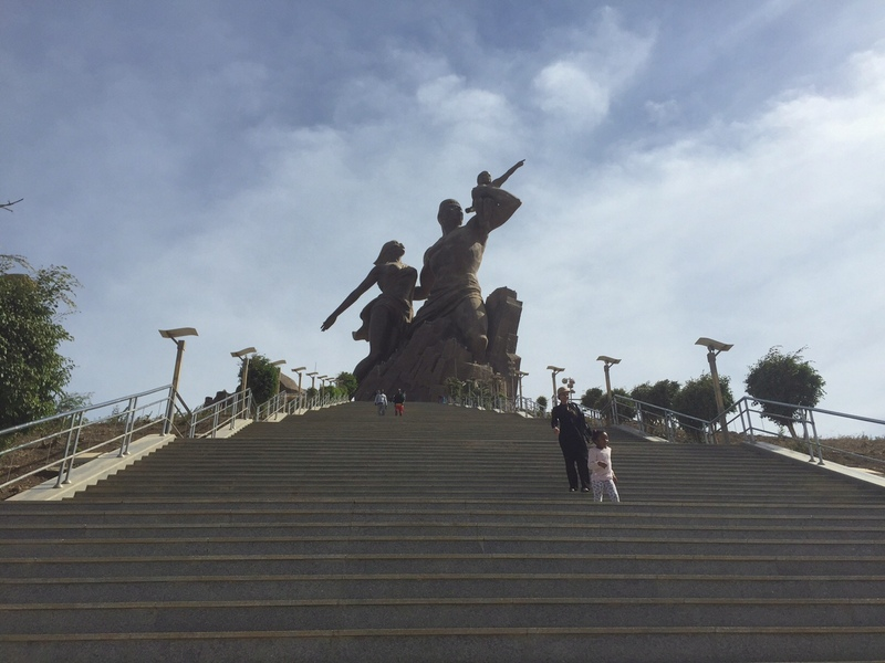 ナゼそこに北朝鮮!?アフリカ・セネガルの巨大なモニュメント銅像が色々ヤバい!